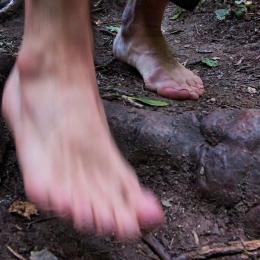 Našľapovať treba prirodzene celou plochou chodidla, nie krajom päty ako sme zvyknutý z nosenia topánok.