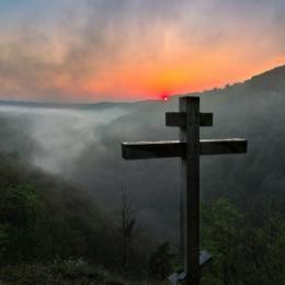 Viacramenný kríž – znak stromu života – v Moravskom krase