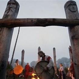 Novodobé stretnutie na božišti na vrchu kopca v čase slnovratu